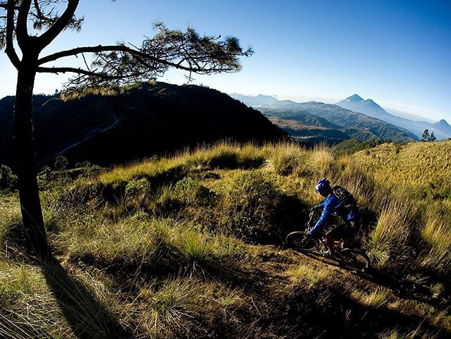 Atitlan Slickrock at 3,000 mts. between Antigua and Lake Atitlan.  Volcano views abound in every direction. ⠀ #bikeguatemalacom #adventureguatemala #oldtownoutfitters #epicguatemala #rideguatemala #sustainabletourism #communitybasedtourism #guatemala #antigua #mtbdaily #mtb #mtblifestyle #rideyourbike #visitguatemala #pinkbike #konabikes