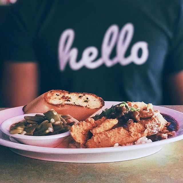 Hello, Wednesday 👋 Pc @foodvstravel . . . #razzoos #cajun #garlandfoodie #firewheelmall #dfweats #houstoneats #lunchtime #eatdallas #fortworthwhile #funkytown #eat