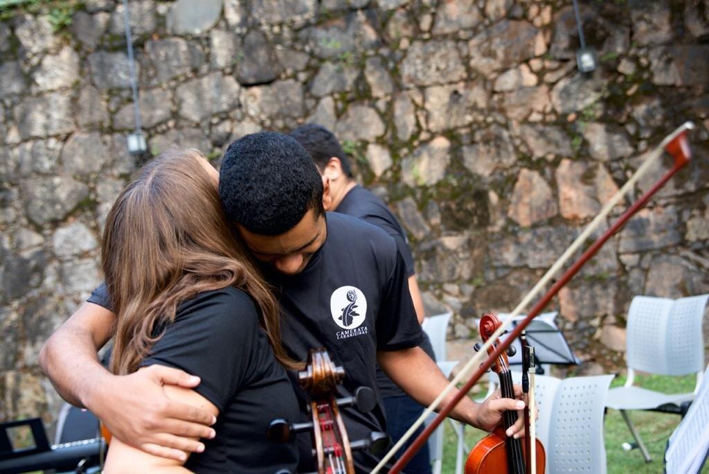 Kaja & Vitor hug