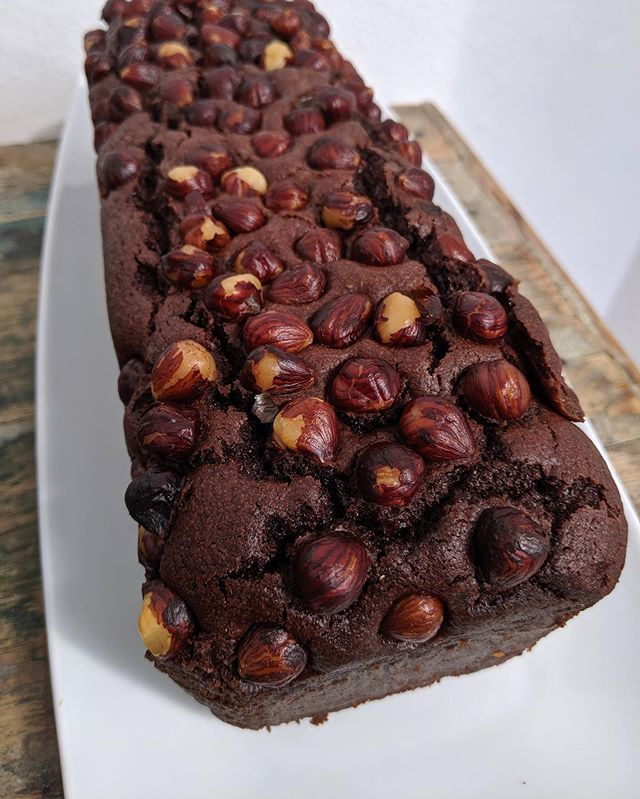 How awesome does this chocolate & hazelnut loaf cake look?! Thanks to @barefootoxford as always for getting us through the week 💕