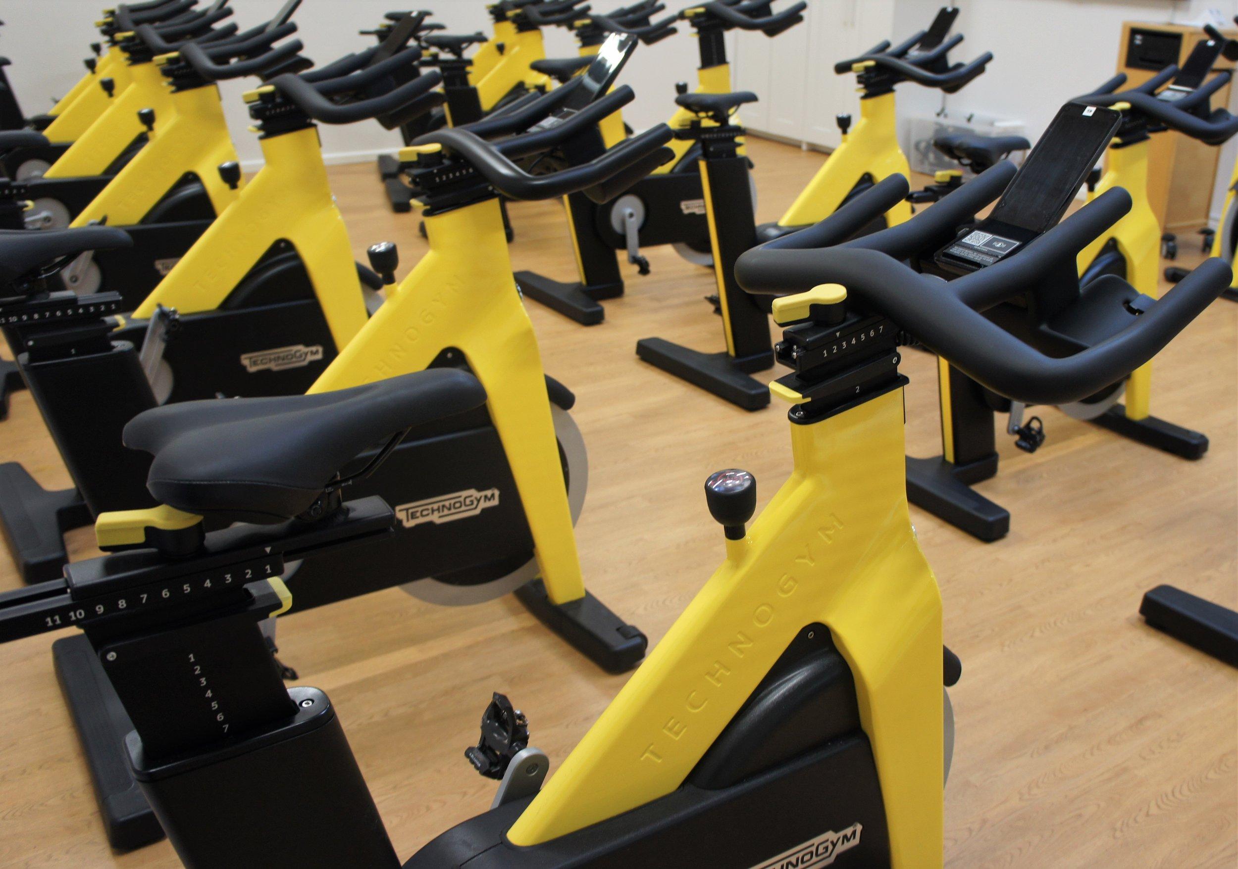 Spinning med jesper - Spinning er cykling til musik på en stationær cykel. Intensiteten styres gennem ændring i belastning, temposkift samt stående og siddende kørsel. Spinning er effektivt for konditionen og forbrændingen, uden at stille krav til koordinationsevnen. En sjov og inspirerende motionsform for dig, der vil forbedre din udholdenhed og øge din forbrænding. Jeg glæder mig til at se dig på mit hold