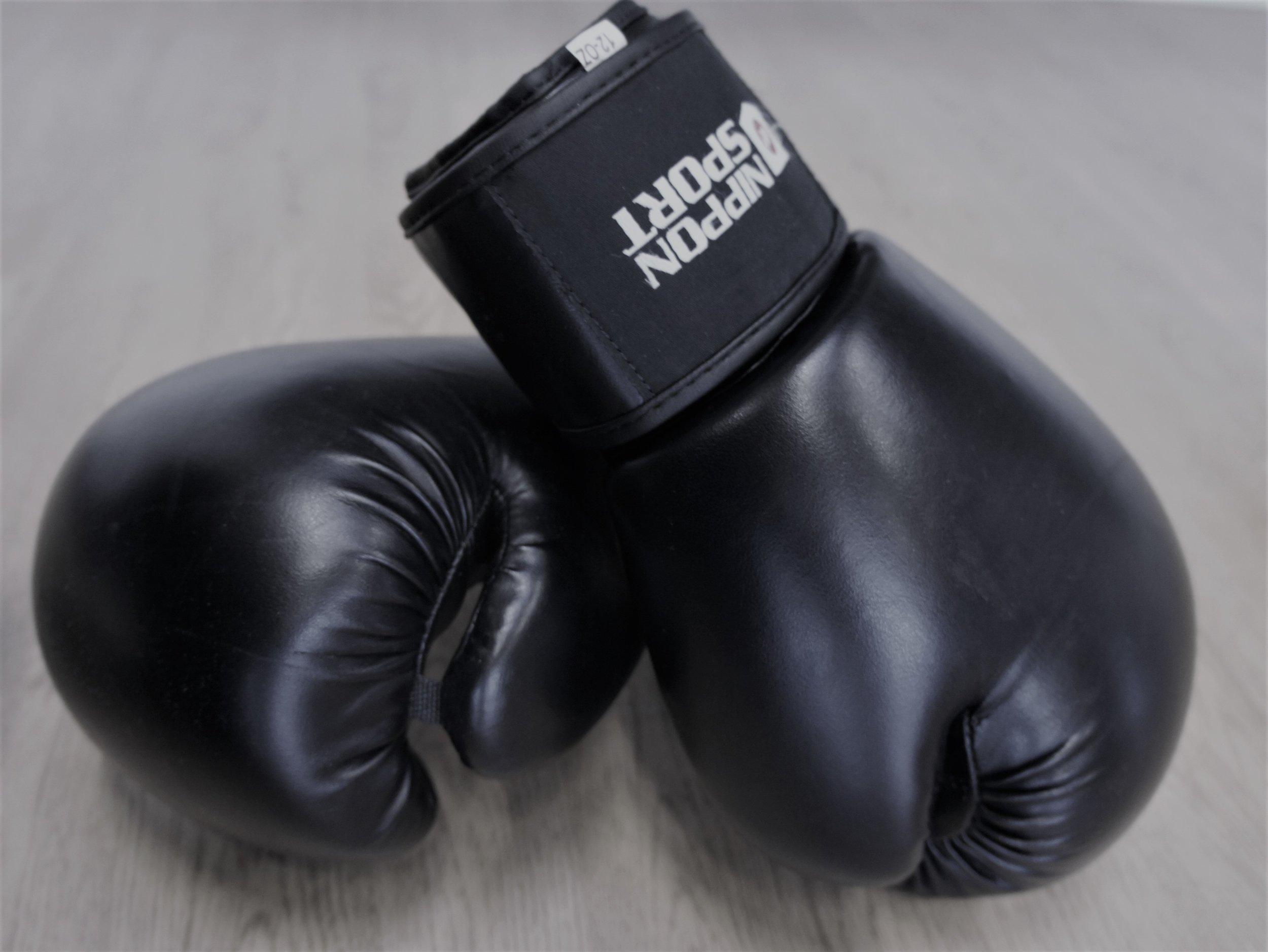 Boksning med Ann-Jeanett - På mit bokse hold får du pulsen i vejret ved hjælp af øvelser taget fra bokseverdenen. Vi slår ikke på hinanden, men fokuserer på en alsidig boksetræning, som indeholder elementer af kontidions, kredsløbs- og styrketræning, hvor man blandt andet benytter sandsæk til at opnå en hård cardiotræning. Hvis du ønsker at tabe dig eller komme i form uden at bokse kampe, er dette måske holdet for dig. Boksetræning er hårdt på den fede måde, og jeg lover at du får sved på panden J. Det kræver ingen forudsætninger – udover en god kondition, et godt helbred og masser af vilje. Boksetræning giver dig masser af mental power – Vel mødt til en omgang sveddryppende, hård træning