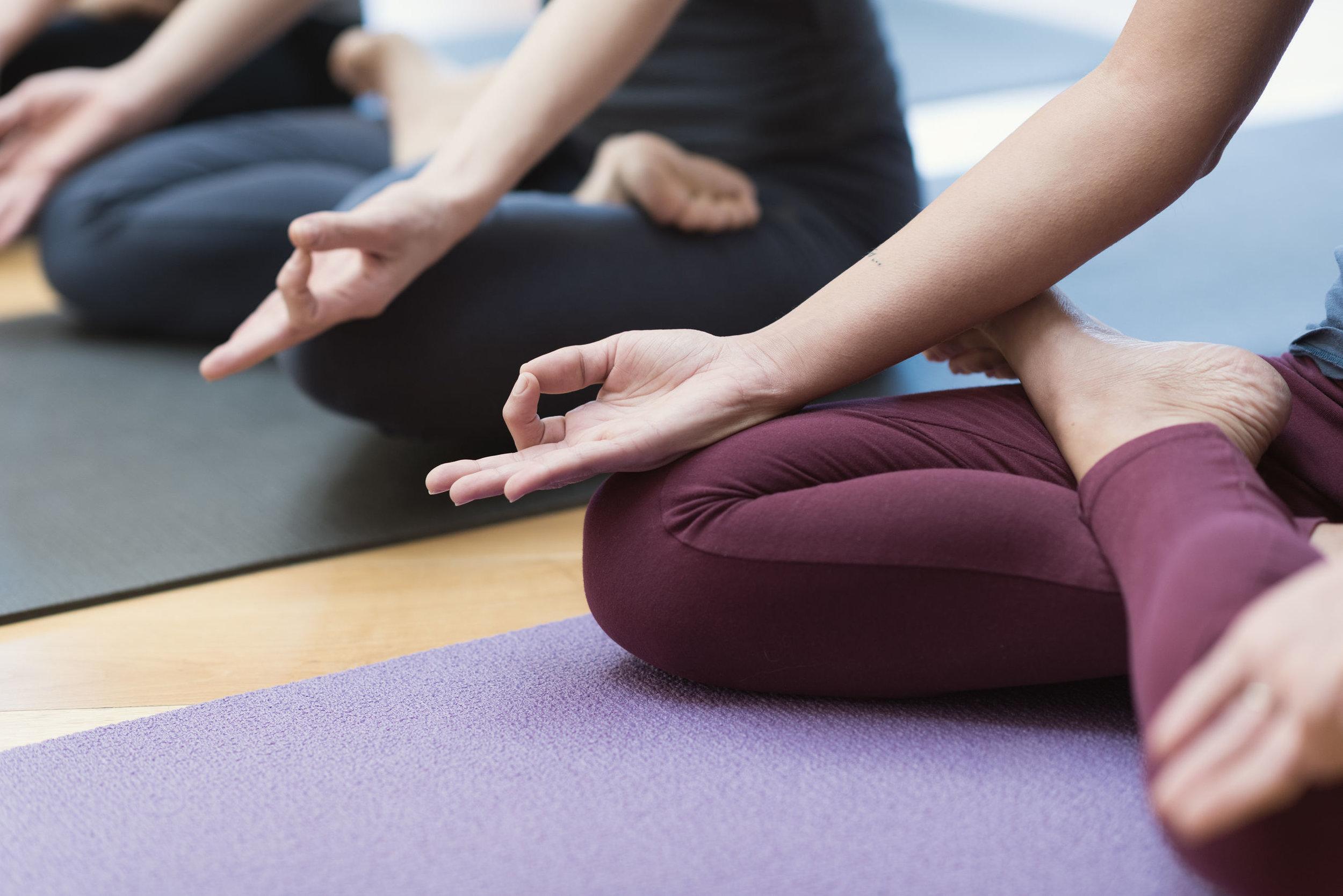 Flow / mindfulness med maja - En time med fokus på nærvær, og for en stund at kunne slippe det konstante behov for at reflektere og planlægge som det moderne, vestlige samfund lægger op til.Det er en time hvor styrke kombineres med balance, smidighed og afslapning, med et gennemgående nærvær som øger kropsbevidsthed og ro. Øvelserne er baseret på bevægelsesprincipper fra især yoga, men krydres med elementer lige fra kampsport til dans.Niveauet er for alle, og jeg tilpasser niveauet til deltagersammensætningen.