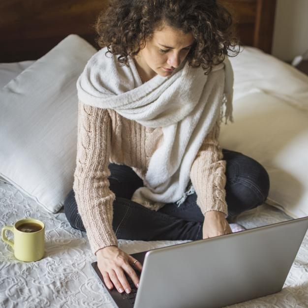 mulher-em-roupa-morna-usando-computador-portatil-cama_23-2147943834.jpg
