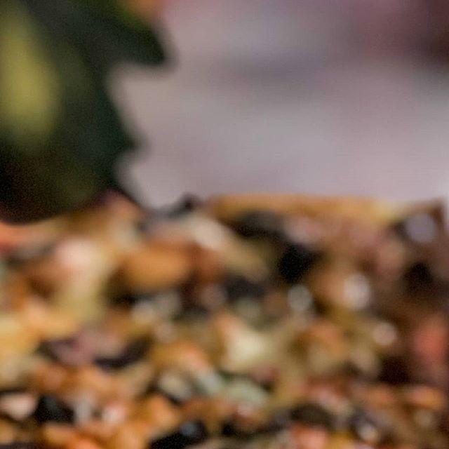 ¿Te gustaría probar nuestra deliciosa pizza🍕 de bolitas de carne? Tienes que estar atento a nuestro menú especial. En @jaimitosgringo creamos esta deliciosa receta para sorprenderlos, solo los fines de semana😉. . . Más información visítanos: 🌐www.jaimitosgringo.com 📲095-958-4716. . . #pizzaparami #pedidoadomicilio #pepperoni #pizzalover #pizza #pizzeria #eat #manabi #mozzarella #mantaestodo #mantameencanta #restaurant #restaurantenmanta #ricacomida #ingredientesfrescos #yoamojaimitos #tiojaimito #thebest #carne #bolitasdecarne #deliciosa