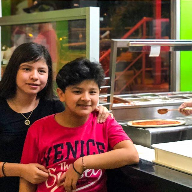 Mientras preparamos nuestra fresca masa de pizza🍕, también interactuamos con nuestros clientes. Es que en @jaimitosgringo los mejores momentos merecen una foto📸 para el recuerdo. 📲 095-958-4716 ☎ 05-267-7111 . . #mantarestaurante #tiojaimito #jaimitosgringo #eatinmanta #pizzalover #pizzadomicilio #pedidoadomicilio #eat#querico #delicioso #fresca #losmejoresingredientes #bestingredients #bestinmanta #notjustagimmick #pastadetomate #pizzaparami #foodporn #pizza #comidaitaliana #ricacomida #mantaestodo #mantaecuador #manta #mantameencanta #delicious #buenapizza