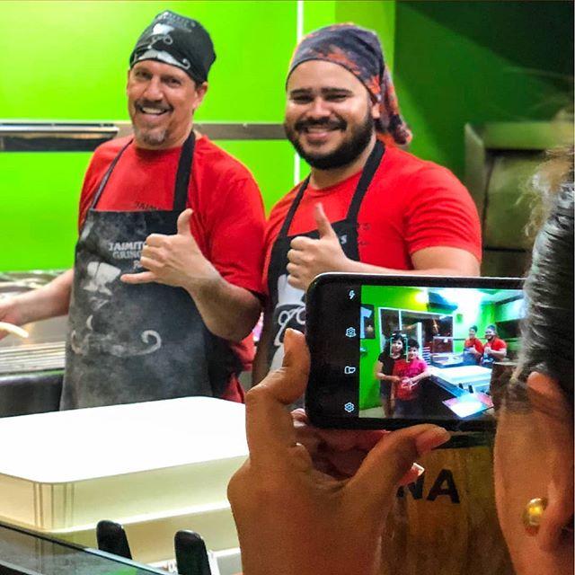 Mientras preparamos nuestra fresca masa de pizza🍕, también interactuamos con nuestros clientes. Es que en @jaimitosgringo los mejores momentos merecen una foto📸 para el recuerdo. 📲 095-958-4716 ☎ 05-267-7111 . . #mantarestaurante #tiojaimito #jaimitosgringo #eatinmanta #pizzalover #pizzadomicilio #pedidoadomicilio #eat #querico #delicioso #fresca #losmejoresingredientes #bestingredients #bestinmanta #notjustagimmick #pastadetomate #pizzaparami #foodporn #pizza #comidaitaliana #ricacomida #mantaestodo #mantaecuador #manta #mantameencanta #delicious #buenapizza