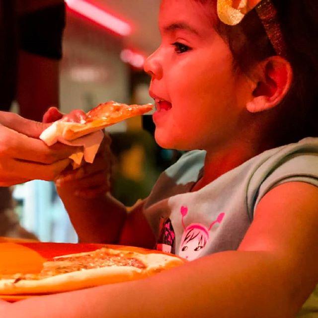 Cuando un niño se deleita con la comida que le brindas es porque está realmente rica... Para conocer los precios y paquetes para una fiesta infantil 👇 🌐www.jaimitosgringo.com/kids . . Pedidos online (desde 5pm) 👇 🌐  www.eatinmanta.com/domicilio . . Contáctanos para hacer tus pedidos 👇 📲 095-958-4716 ☎ 05-267-7111 . .  #manta  #manabi #jaimitosgringo #eatinmanta #pizzadomicilio  #mantarestaurante #tiojaimito #jaimitosgringo #eatinmanta #pizzalover #pizzadomicilio #pedidoadomicilio #eat #querico #delicioso #fresca #losmejoresingredientes #bestingredients #bestinmanta #notjustagimmick #pastadetomate #pizzaparami #foodporn #pizza #comidaitaliana #ricacomida #mantaestodo #mantaecuador