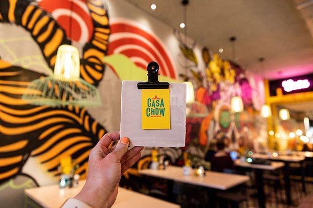 """""""Wij zijn niet bang om Aziatische, Latijns Amerikaanse en streetfood gerechten uit de USA te mixen,"""" aldus mede-eigenaar Boele Sluyter.  Bekijk het volledige interview op onze website, link in bio. 📸 @casachowgouda  #goudacity #horecagouda #hotspotgouda #goudabinnenstad #onderneemvandaag"""