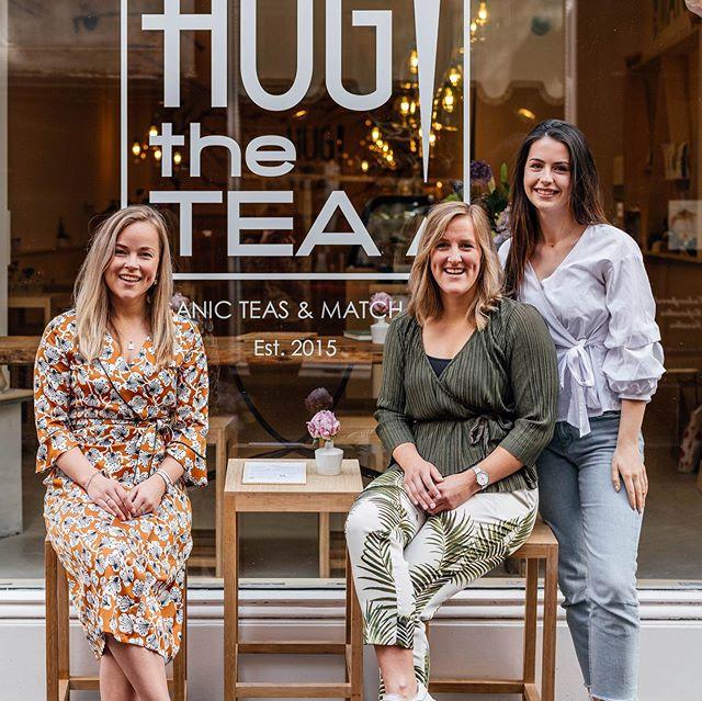 Zusjes Claire en Lisa startte in 2015 met @hugthetea en opende begin 2019 hun nieuwe bar en winkel in het @hofkwartierdenhaag van Den Haag.  Lees het volledige interview op onze website (link in bio). 📸 @myrtheslootjes  #hugthetea #teamatcha #matchalatte #hofkwartierdenhaag #denhaagtogo #igdenhaag