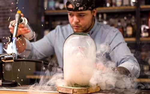 Genieten van lekkere cocktails in Den Haag? Lees ons nieuwe artikel en begin het weekend goed 🥂 (link in bio) 📸 @caspercavado & @honkingelephant  #cocktailsindenhaag #denhaagcentrum #haagsehotspots #onderneemvandaag #denhaagrestaurants