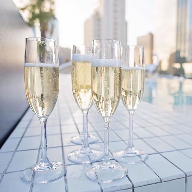 Fill up your Monday night with lots of bubbles and a beautiful sunset on top of the world! 🌇 🍾  For reservations and bottle service please email hello@waterproofdallas.com . . . . . . . . . #thestatler  #ontopoftheworld #party #seeandbeseen #yachtclub #sunny  #poolside #downtowndallas #dallas #champagne #singles #friends #fun #dallaslife #statlerdallas #dallasevents