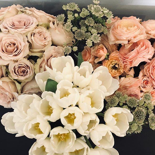 Car full of spring flowers @blooms_rockbrook ✨ 📷#photoshoot #blackandwhite #designlife #instaflower #moderndesign #interiordesign #aiomaha