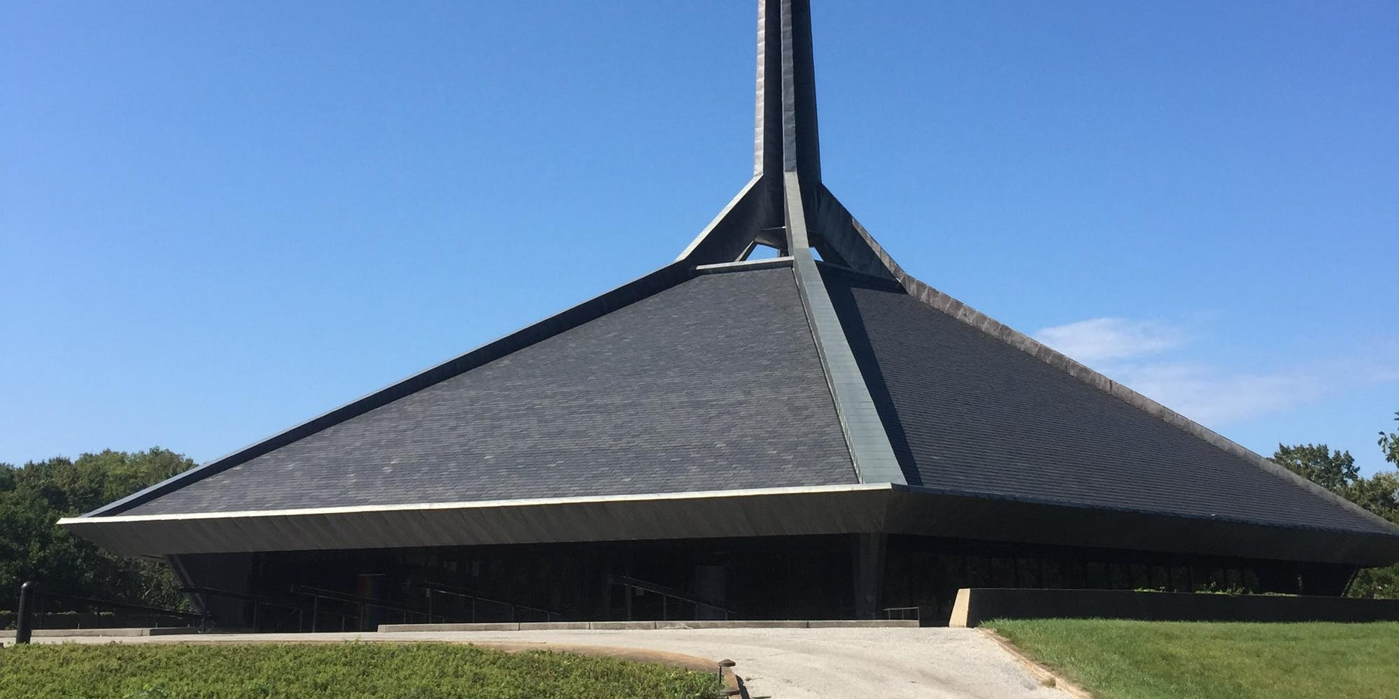 Photo of North Christian Church in Columbus Indiana, designed by Eero Saarinen, 1964