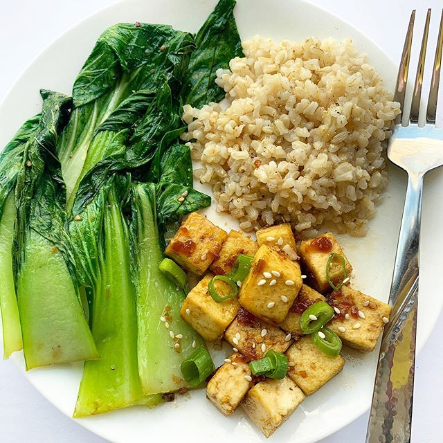 One of the most common cooking questions I get: how to make tofu CRISPY. Here's the secret 👇🏻. . • Wrap tofu with a kitchen towel or a paper towel and place on a plate. Place something heavy (like a pan) on top for at least 30 minutes to get as much water out as possible (this is the crucial step!) • Cut tofu in half vertically to make 2 thinner blocks. Then, dice into smaller cubes. . • Add olive oil a pan over medium high heat, using enough to coat the pan. Once the pan is hot, add tofu and cook, stirring occasionally, let the pieces brown on as many sides as possible. . Have you ever cooked tofu this way? Try it and let me know how it goes! Oh and get bok choy. It's probably one of the most underrated vegetables and it's delicious any way you make it 🙌🏻🥬