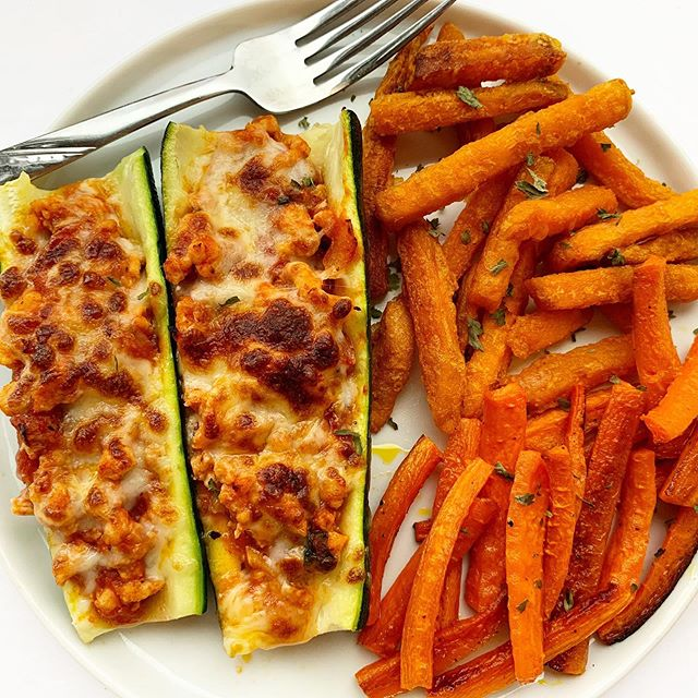Back in my kitchen and got a wholllle lotta zucchini for the week 🥒 Frozen sweet potato fries in the freezer made this meal crazy easy to throw together. And I mean, that melted cheeeese!! 😍 (The recipe for these Turkey Zucchini Boats is on the blog! www.sammibrondo.com/blog/turkey-zucchini-boats )