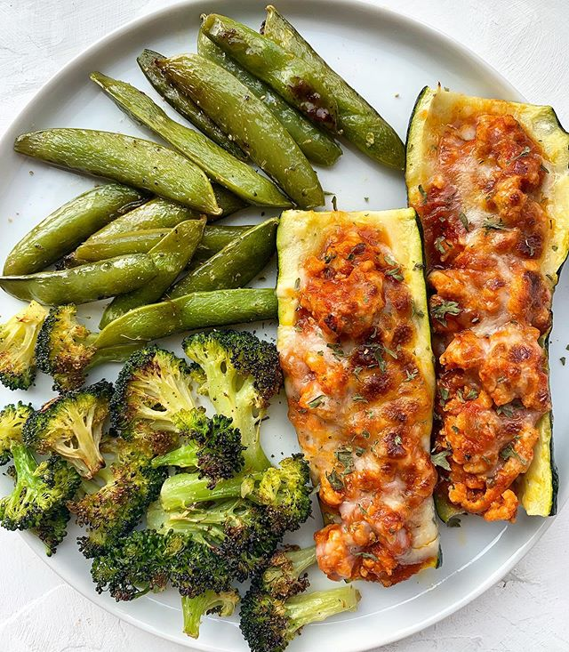 Hi I'm Sammi and I have an obsession with these turkey zucchini boats 🙋🏻‍♀️😳. . In order to mix things up eveeer so slightly, I looked up which veggies were in season and picked something new to add to this meal. And let me tell ya: roasted snap peas are WHERE IT'S AT 🙌🏻 Roasting them makes them all caramelized and brings out their sweetness. I'm addicted. You have to try! Just drizzle them with olive oil, salt and pepper and roast on 400 F for 20-25 minutes. . . Find the Turkey Zucchini Boat recipe at https://www.sammibrondo.com/blog/turkey-zucchini-boats