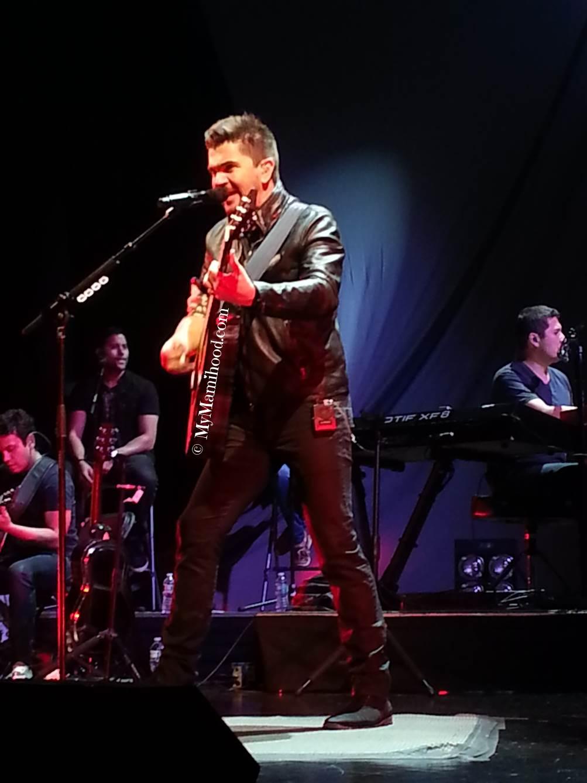 Juanes_Singing.jpg