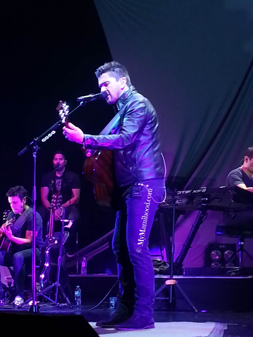 Juanes_Singing2.jpg