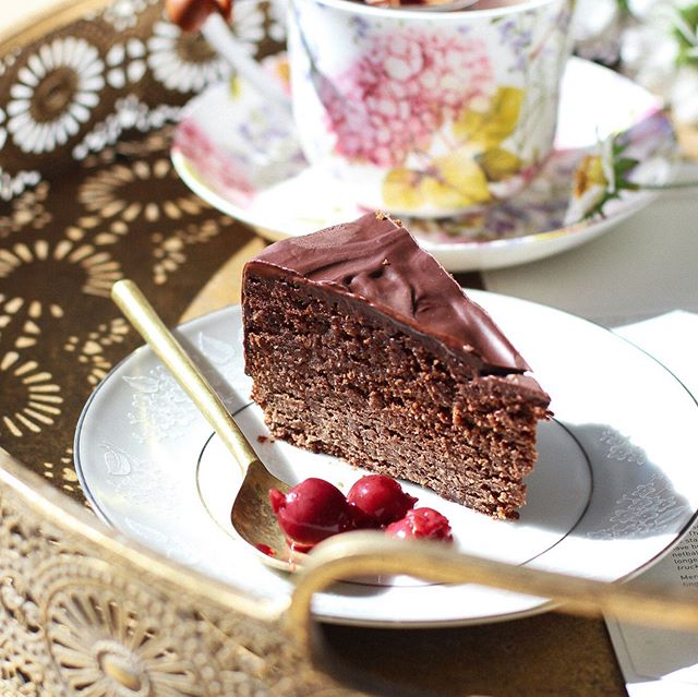 "Who can say no to a Chocolate ""Cherry Ripe"" Cake? 🍒🍫⠀ (Made with whole grain spelt, @loving_earth chocolate & refined sugar free, it's also quite good for you 😉) 🥥 Would you like the recipe? ❤️ .⠀ .⠀ .⠀ #healthylife #organiclife #Wholefood #recipe #wholefoodrecipes #madefromscratch #food #foodiesofinstagram #health #fitness #instafood #wholegrains #healthyliving #healthyeating #LIBERTYGREEN #greenbeautyblogger #foodblogger"