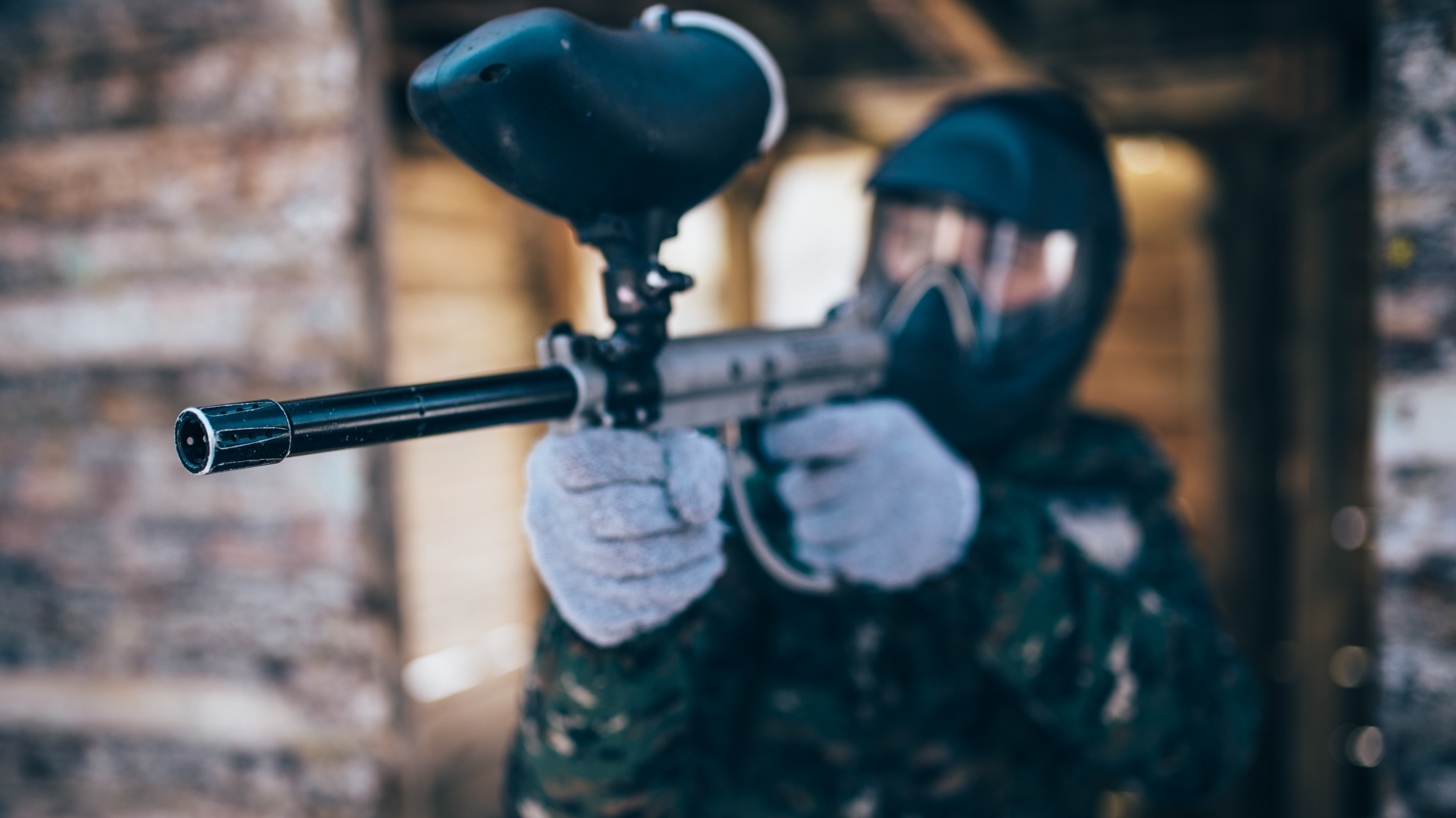 paintball-player-with-marker-gun-front-view-P5HUW9R.jpg