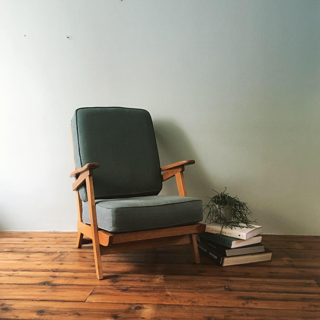 De losse kussens van deze fauteuil zijn opnieuw gestoffeerd met een stof van 100% linnen.