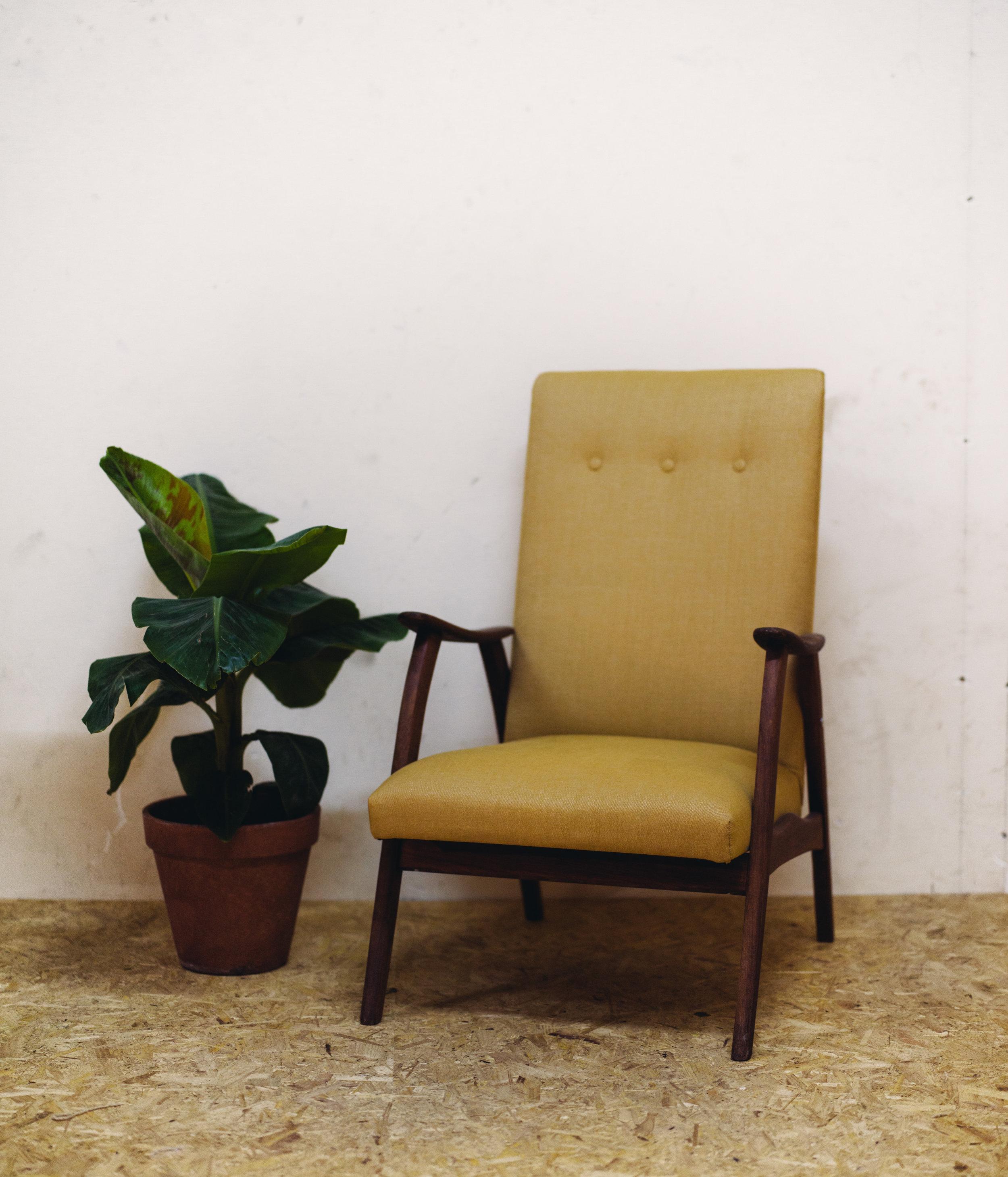 Vintage fauteuil , voorzien van nieuw binnenwerk en gestoffeerd met een stof van gerecycled katoen.