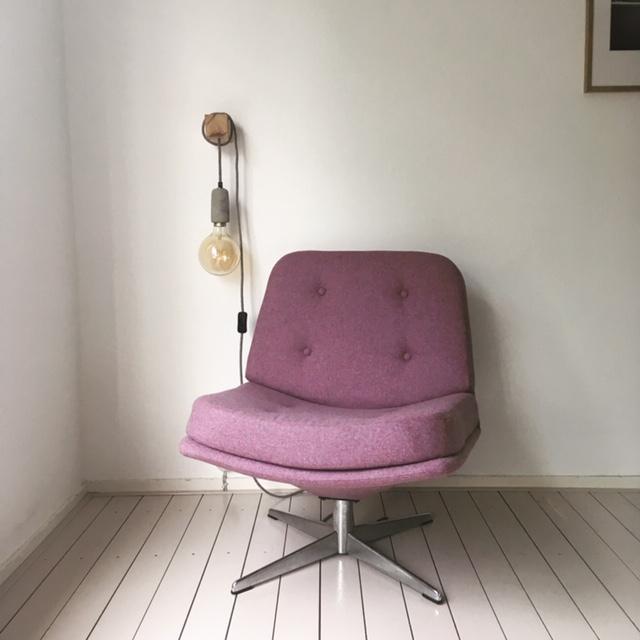 Deze stoel werd volledig gerenoveerd en gestoffeerd met een gerecyclede wol.