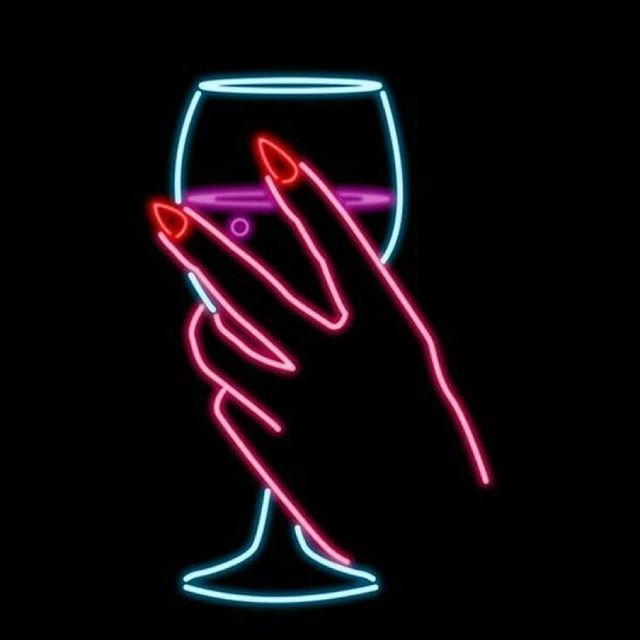 Season 2 sneak peek! We're recording an episode next week on The Almighty Wedding BAR 🍾🍹🍸🥃 What to serve, how to DIY, what to rent, glassware, ice....what should we ask our expert guests? Any topics or opinions we need to include?