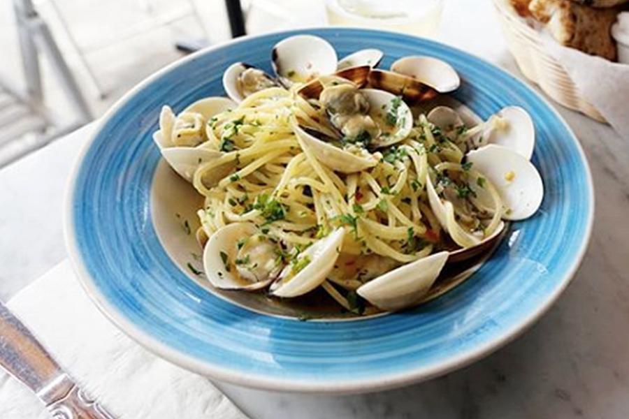 SPAGHETTI ALLE VONGOLE - Spaghetti with clams in a white wine and garlic sauce.