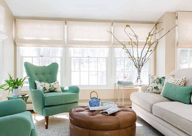 I spy....tulips! And the perfect green accents.  Design |@christina_wikman_interiors • • • • • • • • •  #bostoninteriordesign #interiorandhome #designinspiration #interiorstyling #interiorphotography #interiorinspiration #jessicadelaneyphotography #interiordesign #homedecor #architecture #thatsdarling #thecolorproject #inspiration #ruedaily #fromwhereistand #livebeautifully #mydomain #bhghome #bostoninteriors #mysmphome #howihaven #myhousebeautiful #design