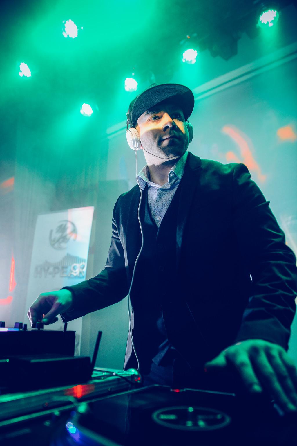 """""""Olemme järjestäneet useammat juhlat yrityksemme kanssa missä DJ Hykid on ollut soittamassa musaa ja hoitamassa seremonianmestarin roolia. Järjestelyt ovat tapahtuneet hänen kanssa vaivattoman helposti. Juhlamme ovat aina olleet menestys ja DJ Hykid on luonut niihin unohtumattomat tunnelman klassikkobiisejä ja nykymusiikin helmiä soittaen. Dj Hykid löytyy levarien takaa myös meidän seuraavista juhlista!""""  — Mika Salo - Art Director - Mainostoimisto M1"""
