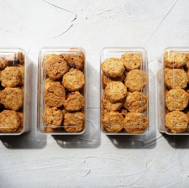 We are selling this cornflake cookies in 400gr plastic containers! Great for gifts and gathering 😊🌽 . . . . #zeferid #cornflakecookies #cookies