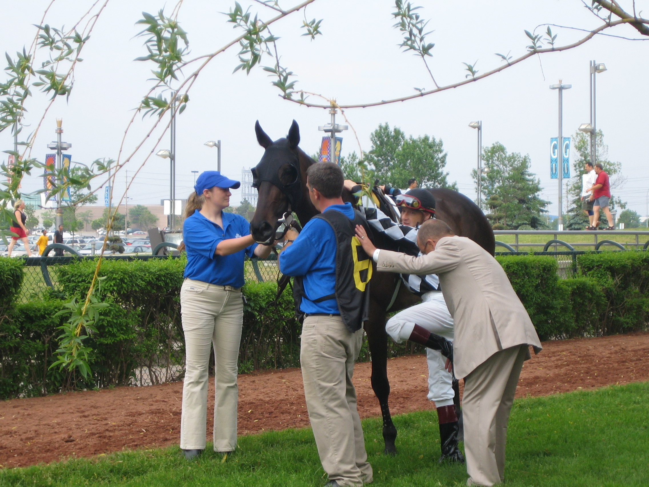 Reade gives Jim McAleney a leg up prior to Gold Strike's 2005 Oaks win