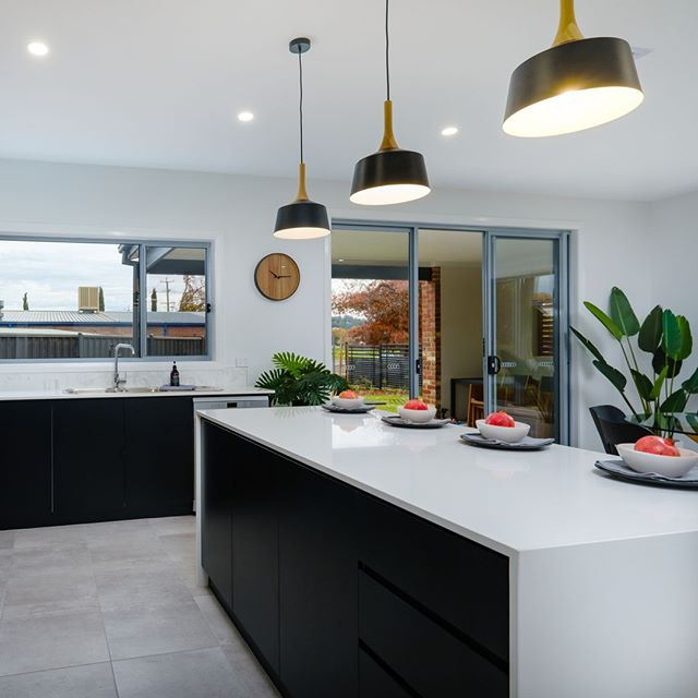 The centre of every family home is the kitchen. Thats why a breakfast bar is essential. Perfect for entertaining and sharing family stories. . . #BorderHomes #NewHomeBuilderNSW #openplan #openplandesign #NewHomesNSW #NewHomeInspo #MasterBuildersNSW #NewHomeBuilderVIC #NewHomesVIC #MasterBuildersVIC #alburywodonga #borderhomes #homebuilder #alburybuilder #wodongabuilder #builder #custombuilder #murrayriver #Localbuilder #qualitybuilder #tradies #qualityhomes #homeinspo #ilovemyhome #happyclients