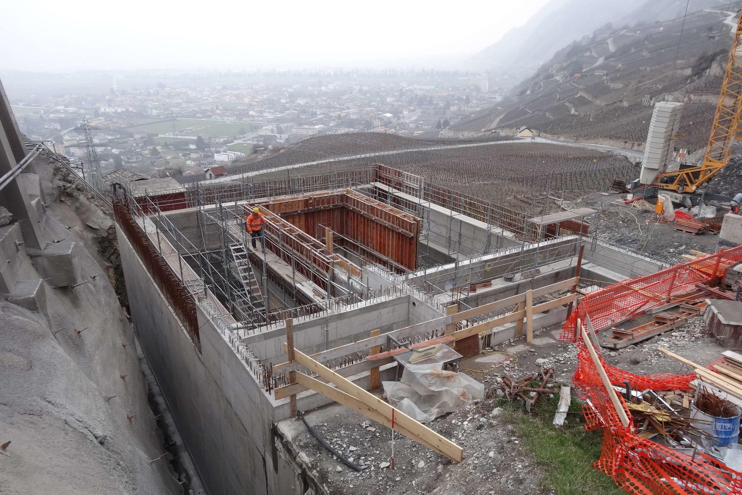 Construction des murs du réservoir