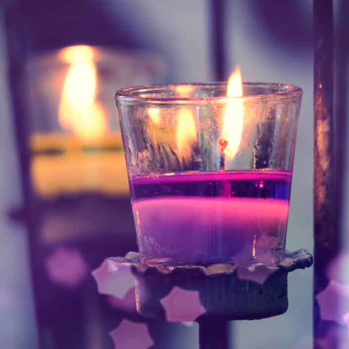 purple-light-candle-in-glass-and-abstracts-blur-background_t20_d128ol.jpg