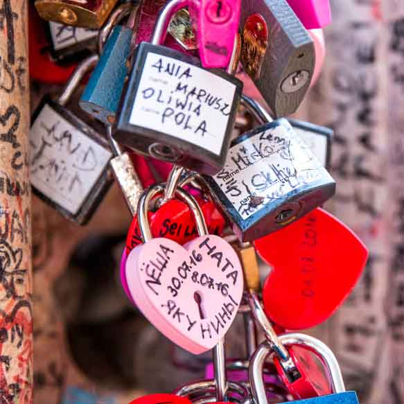 love-padlocks-in-romeo-and-juliet-house-in-verona-italy_t20_d1BR7n.jpg
