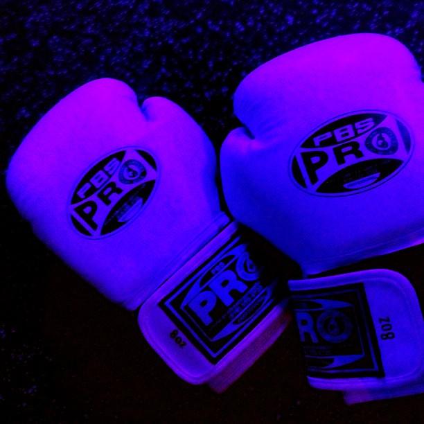 neon-glow-gloves-boxing-fight_t20_2lkAe8.jpg