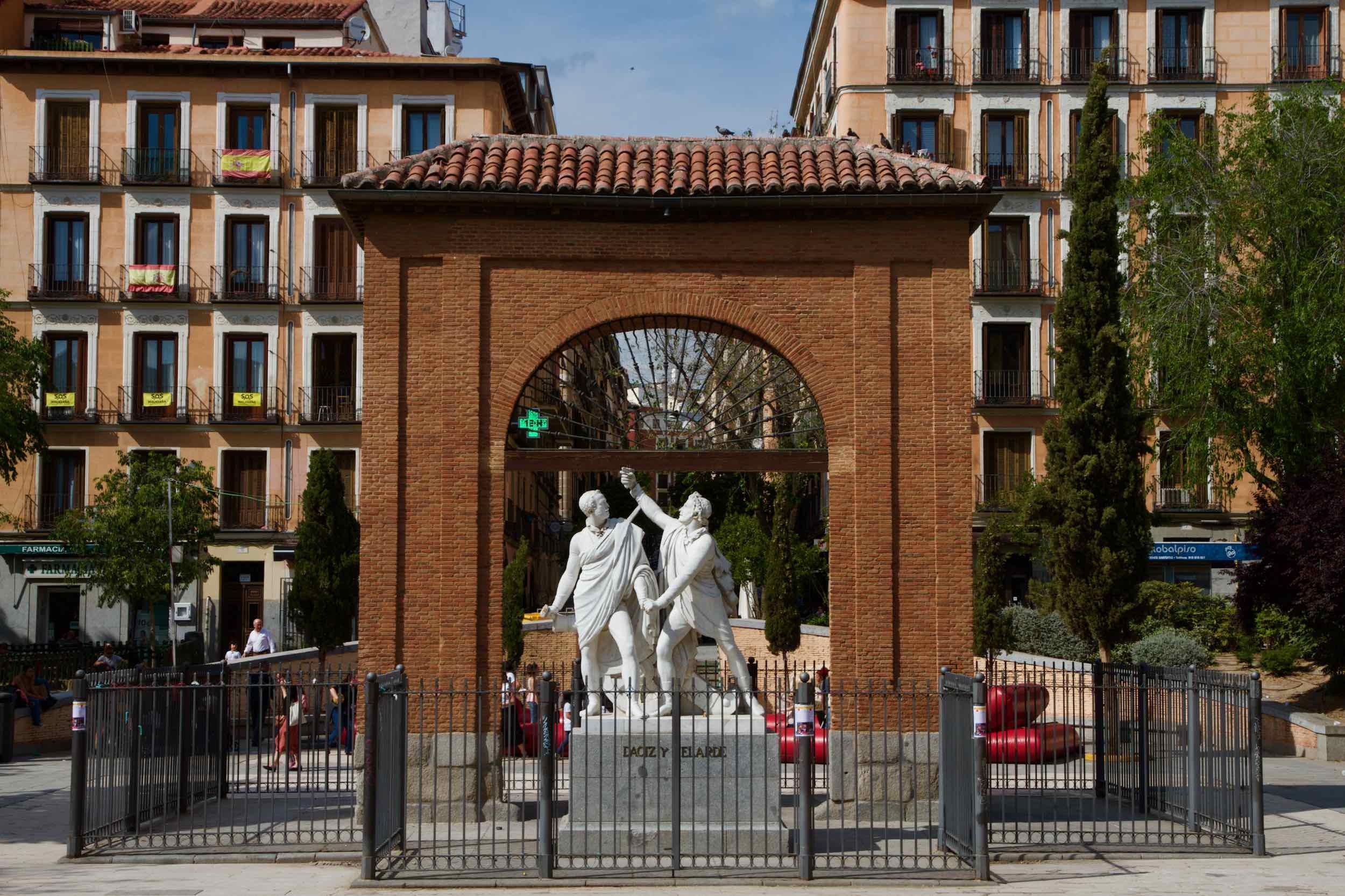 [2019] Monument van Daoíz en Velarde voor de poort van het kartel Monteleón - Plaza Dos de Mayo