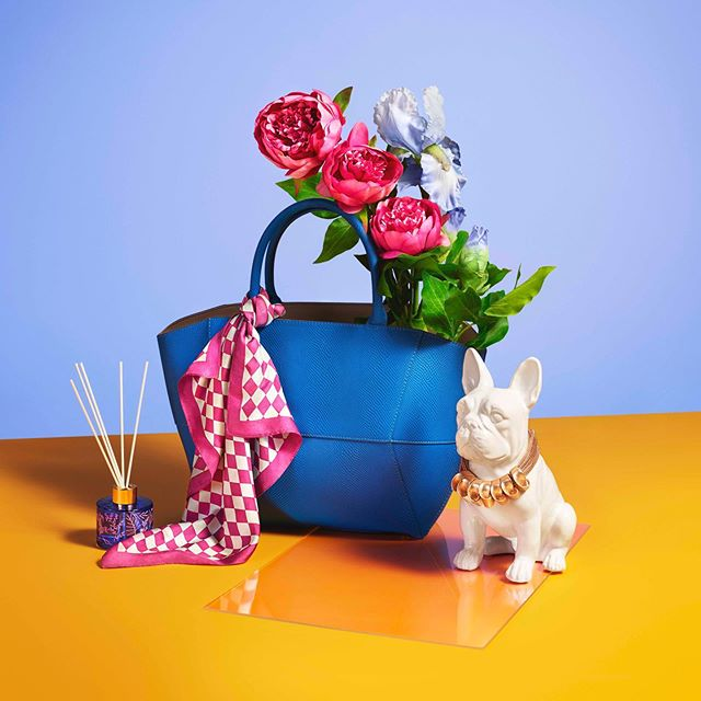 Mother's Day gift inspiration for @tkmaxxuk ➡️ for the super cute animation 🐝 . . . . . . Art directed by @studiocbel shot by the wonderful @victoria_ling helped along by superb producers @raj_jones @ginnymettrick styled by @sarahmichaelstyle and set design by @lordwhitney #artdirection #stilllife #giftideas #gif #mothersday #photoshoot