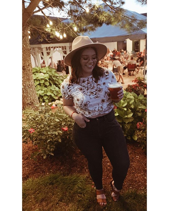 Low quality picture but I'm having a good time and that's all that matters right? 😉✨ . . #selfie #summerfun #wingfest #beerandwings #hm #gap #mua #statecollegepa