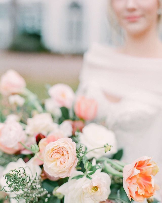 Let's hear it for ranunculuses, tulips and garden roses! THE unofficial official favorite flowers of summer 😉⠀ +⠀ Happy Hump Day! ⠀ 📸: @julielivingstonphotography ⠀ .⠀ .⠀ .⠀ .⠀ .⠀ ⠀