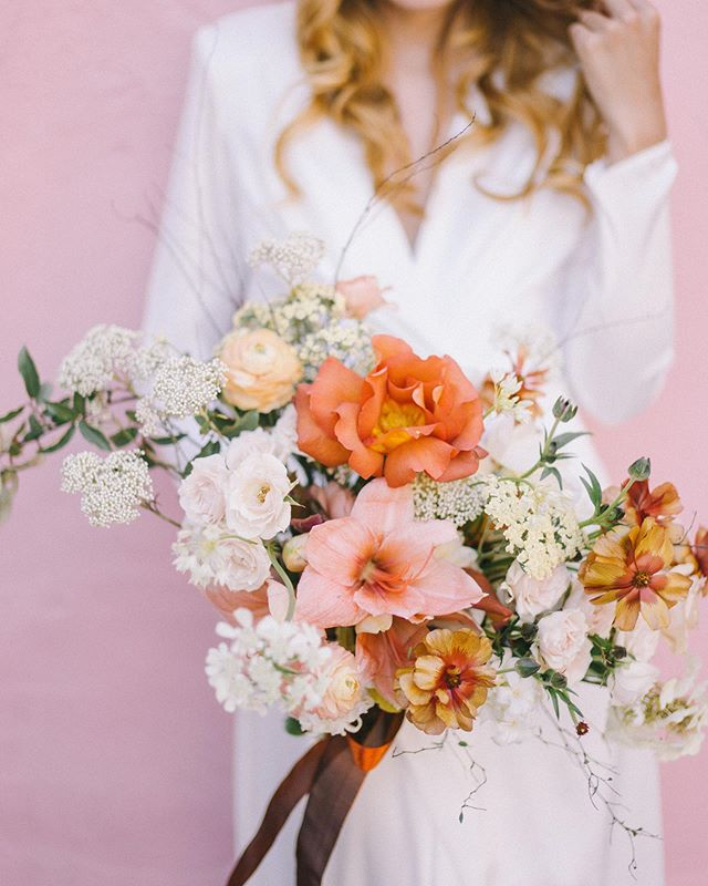 We are covering those #mondayblues in all things pink!⠀ +⠀ Pink Charleston walls and matching bouquet of butterfly ranunculus, amaryllis and rice flower ⠀ 📸: @jaimeecmorse⠀ .⠀ .⠀ .⠀ .⠀ .⠀