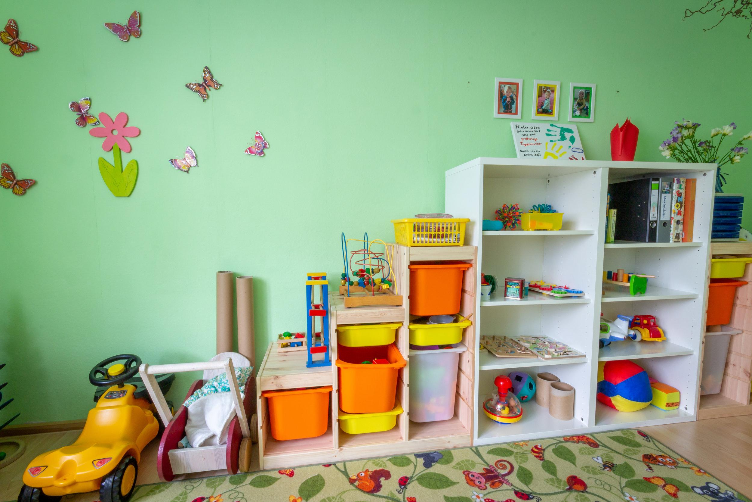 Das ist das wichtigste Möbelstück in unserer Zwergenwohnung. Im Spielzeugregal finden sich immer wieder interessante Spielsachen.