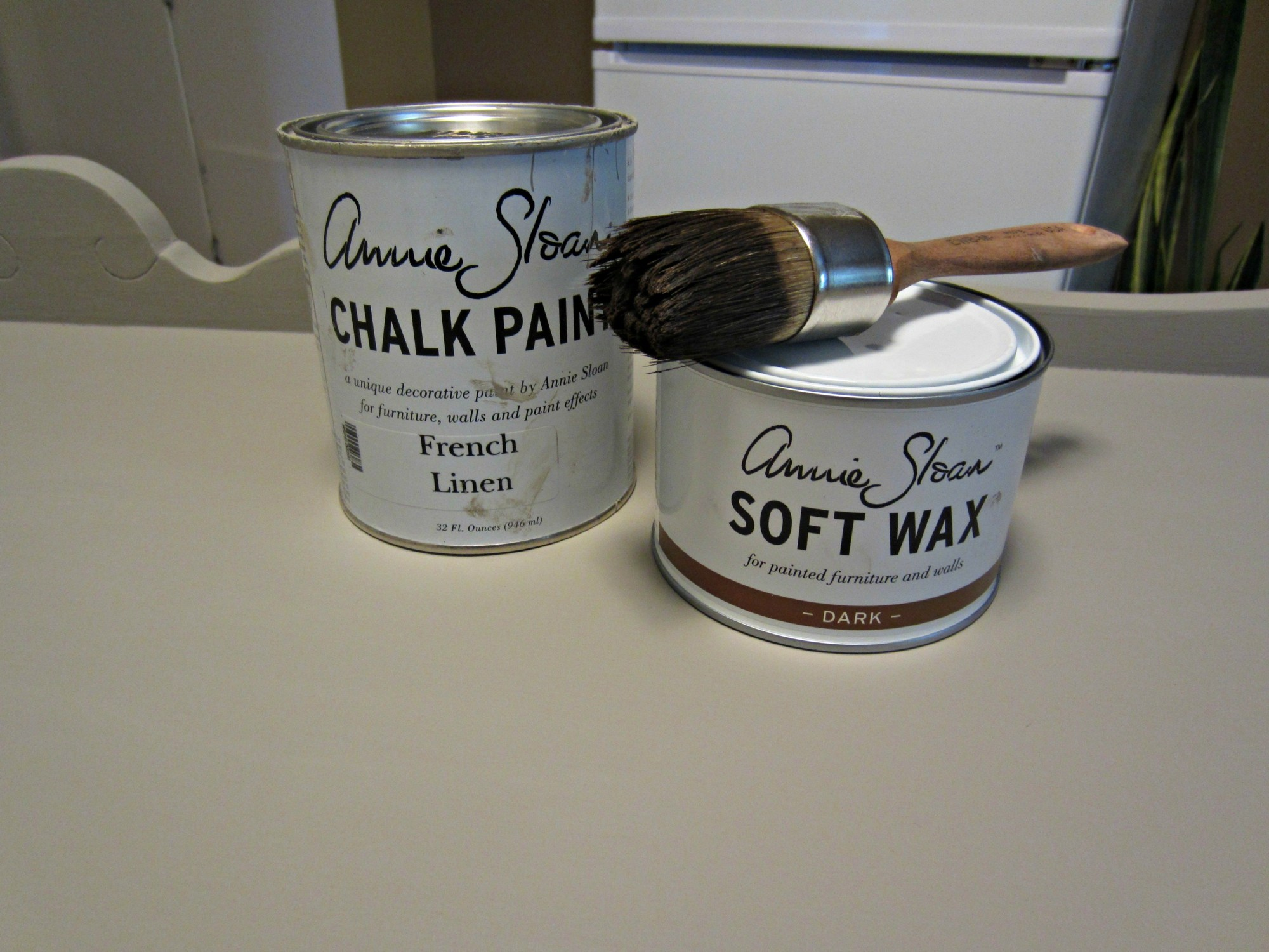 I knew as soon as I found it that I wanted to paint it  in  Annie Sloan  French Linen Chalk Paint and finish it with a dark wax. I think French Linen has to be my favorite ASCP colour.