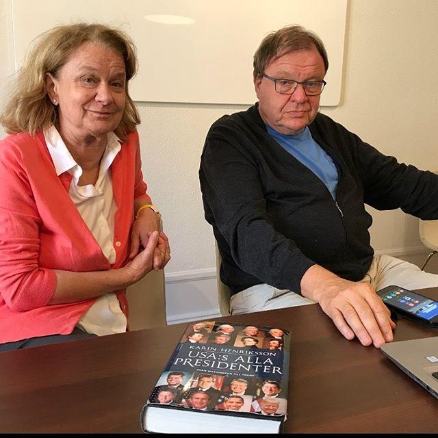 Dagens poddavsnitt bandades i vanlig ordning från Halmstad men delar av podduppsättningen kunde sitta tillsammans i Stockholm just idag eftersom @karin.henriksson.73 är på turné för sin nya bok! Ni hittar snart vårt andra avsnitt där poddar finns.