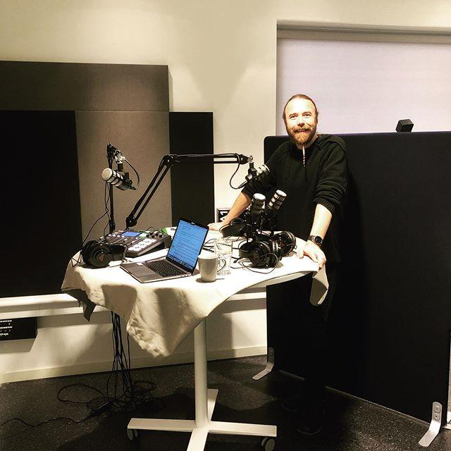 Karin är redo i DC, Erik i Uppsala och Dag i Stockholm! Här i vår lilla studio i Halmstad stöttar vår ljudtekniker Johan mig i förberedelserna. Nu spelar vi in ett nytt avsnitt av Amerikaanalyspodden #amerikanskpolitikk #podd #politik