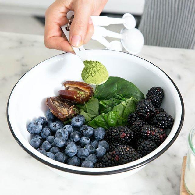 Eat your Greens! * 15 fois plus de vitamine C que l'orange * 10 fois plus de vitamine A que les carottes * 6 fois plus de protéines que les yaourts * 17 fois plus de calcium que le lait * 3 fois plus de potassium que la banane  Si vous voulez déborder d'énergie, vous dépasser et avoir une bonne récupération, ayez toujours notre moringa avec vous 😁✌🏿 A consommer dans vos salades, jus, smoothies, plats... Commandez directement en ligne sur www.osheymoringa.com (lien en bio). #osheymoringa  #greenvibesonly