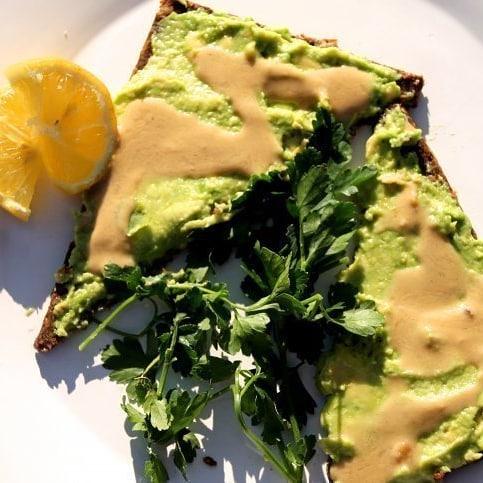 Un avocado toast au moringa pour les healthy lovers que vous êtes pour se faire du bien durant cette journée ensoleillé 😁  Ne donnez que des bonnes choses à votre corps et il vous remerciera.  #osheymoringa  #greenvibesonly